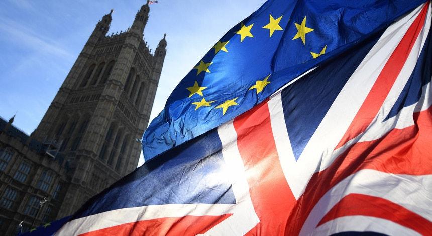 Acordo de Comércio e Cooperação entre a União Europeia e o Reino Unido Em 24 de dezembro de 2020, a União Europeia e o Reino Unido chegaram a um acordo de princípio sobre o Acordo de Comércio e Cooperação UE-Reino Unido.  O Acordo abrange não apenas o comércio de bens e serviços, mas também um amplo leque de outras matérias, incluindo a coordenação de sistemas de segurança social.  Neste âmbito, o Acordo visa garantir uma série de direitos aos cidadãos da UE que trabalham, viajam ou se mudam para o Reino Unido e aos nacionais do Reino Unido que trabalham, viajam ou se mudam para a UE após 1 de janeiro de 2021.  Uma vez que o Reino Unido, ao sair da UE, decidiu pôr termo à livre circulação de pessoas entre a UE e o Reino Unido a partir de 1 de janeiro de 2021, o Acordo não abrange os direitos de entrada (com ou sem visto), trabalho, residência ou estada dos cidadãos da UE no Reino Unido ou dos nacionais do Reino Unido na UE.  Assim, todos os movimentos a partir daquela data estarão sujeitos à legislação de imigração em vigor no Reino Unido e na UE, relativamente aos nacionais de países terceiros.  Aqueles que estavam ou já estiveram numa situação transfronteiriça entre a UE e o Reino Unido antes de 1 de janeiro de 2021 estão abrangidos pelo Acordo de Saída, que permite a manutenção do direito de residir e trabalhar, garante a não discriminação e protege os direitos de segurança social ao longo da vida, se as suas circunstâncias se mantiverem.  Coordenação de Sistemas de Segurança Social  No âmbito da coordenação de segurança social, o Acordo de Comércio e Cooperação abrange cidadãos da UE, nacionais do RU e de países terceiros, bem como apátridas e refugiados, que se encontrem numa situação transfronteiriça a partir de 1 de janeiro de 2021, desde que residam legalmente na UE ou no Reino Unido e a sua situação não esteja limitada a um único país. Abrange igualmente os seus familiares e sobreviventes.  O Acordo assegura a coordenação de um leque amplo de prestações de 
